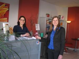 "Andrea Maier-Völkle (li.) mit Claudia Felden im Kosmetikstudio ""Hautnah"""